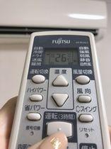 レオパレス21の物件に設置された3時間で自動停止するエアコンとリモコン=30日午後、千葉県内