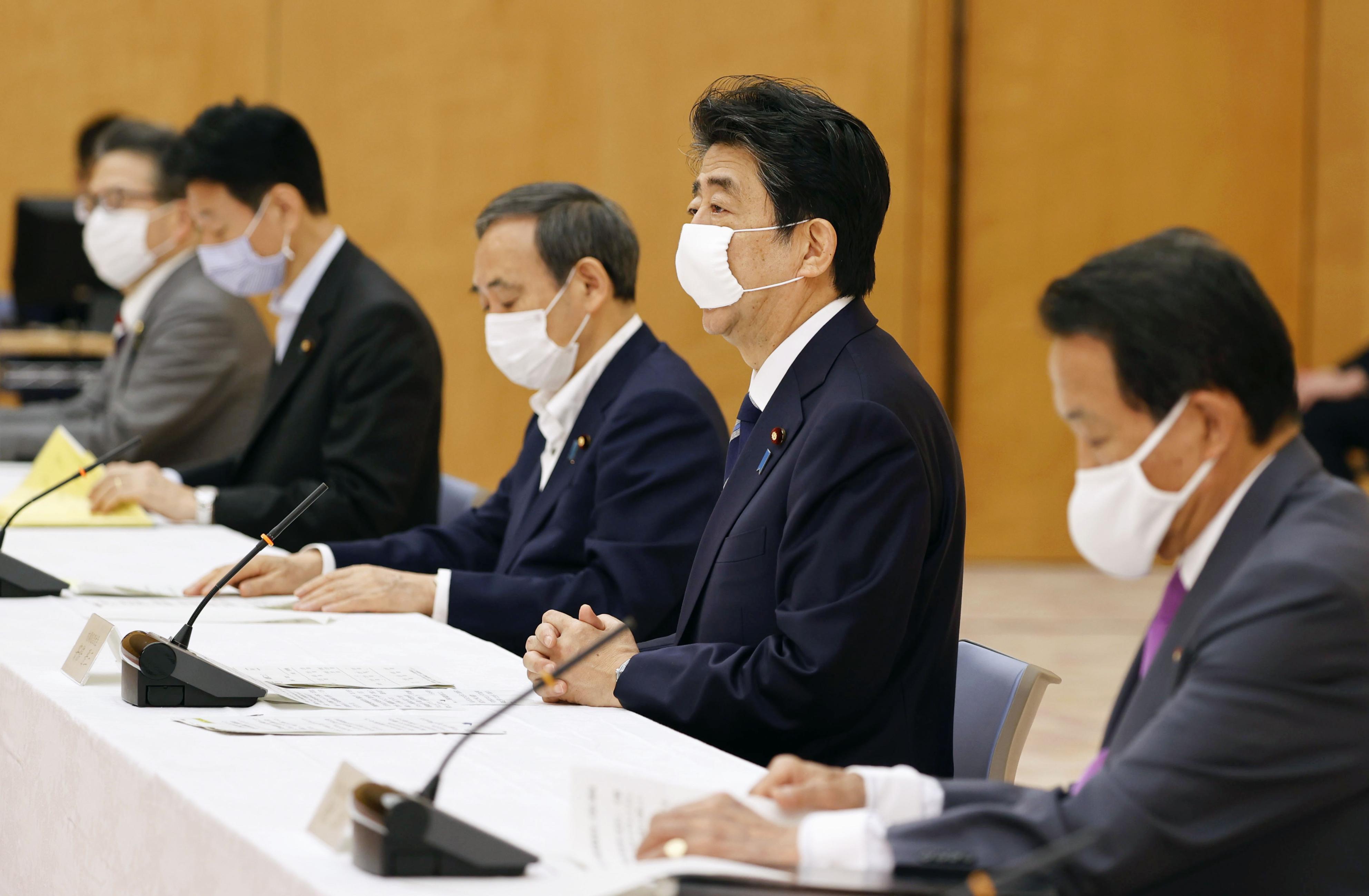 政府与党政策懇談会であいさつする安倍首相(手前から2人目)=27日午前、首相官邸