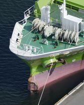 犬吠埼沖で千勝丸と衝突し、茨城県の鹿島港に停泊する貨物船すみほう丸。先端部分が曲がっている=26日午後2時55分(共同通信社ヘリから)