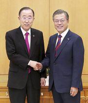 韓国の文在寅大統領(右)と握手する国連の潘基文前事務総長=21日、ソウルの大統領府(同府提供・共同)