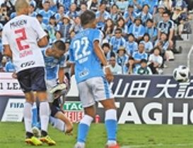 磐田―横浜M 後半23分、磐田の川又(左から2人目)がシュートを決め同点に追い付く=ヤマハスタジアム