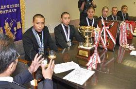 全国大会での健闘を報告した島原高の剣道部員