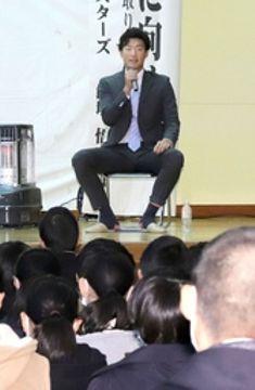 「夢を持ち続けてほしい」と語ったプロ野球DeNAの飯塚悟史さん=14日、上越市の直江津中