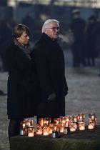 27日、ポーランド南部オシフィエンチムで、妻と共に犠牲者追悼のモニュメントを訪れたドイツのシュタインマイヤー大統領(Jakub・Porzycki/Agencja・Gazeta提供、ロイター=共同)