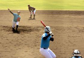 球場で実戦形式の練習をする富岡西の選手たち=JAアグリあなんスタジアム