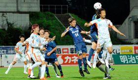 【群馬―愛媛FC】後半、ゴール前で守る愛媛FC・前野(右)ら=正田醤油スタジアム群馬