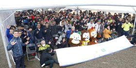 イベントで記念撮影する聖火ランナーら=25日午後、宮崎市・平和台公園