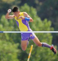 男子棒高跳び決勝で4メートル90を跳び3位入賞した宮川選手=三重県の三重交通Gスポーツの杜伊勢陸上競技場で