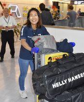 セーリングの世界選手権で日本女子初の優勝を果たし、笑顔で帰国した470級の吉田愛選手=11日午前、成田空港