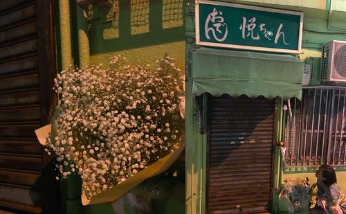 那覇・桜坂の名店の前で猫のようにシャッターが開くのを待つ私