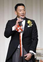 自身の野球殿堂入りを祝う会であいさつする阪神の金本知憲前監督=11日、大阪市