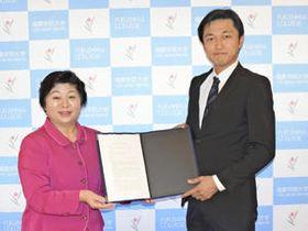 連携協定書を交わす桜田学長・理事長(左)と清水理事長