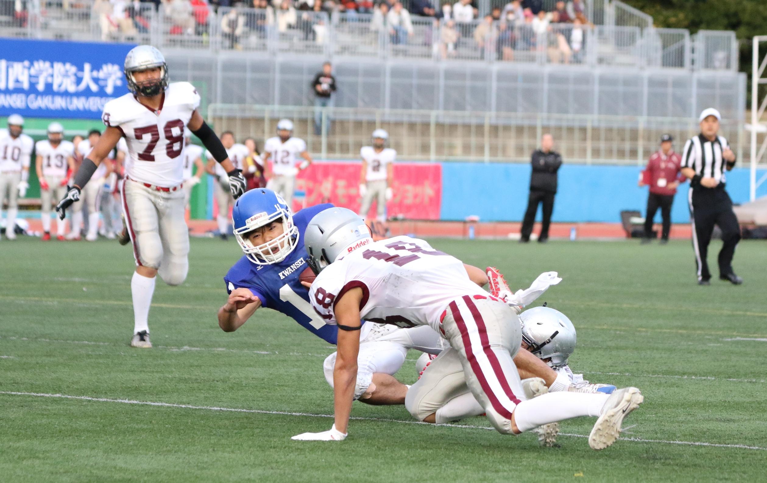 先制のTDを挙げる関西学院のQB前島(11)=撮影:山口雅弘