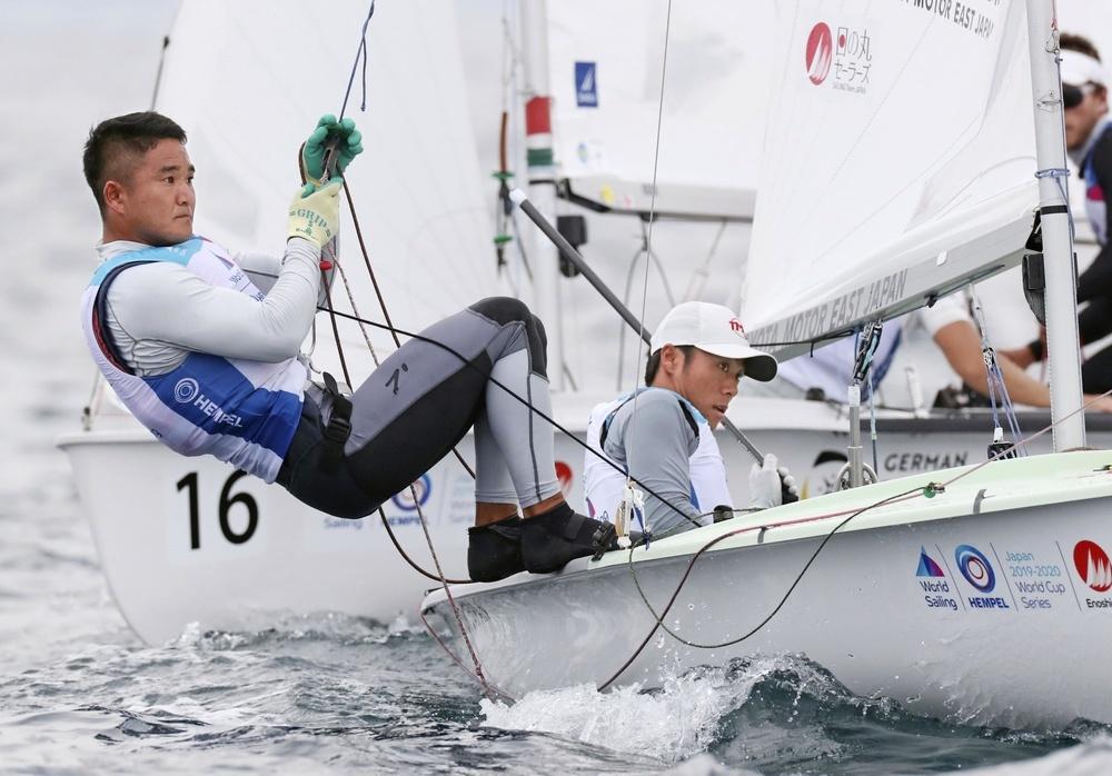 セーリングW杯男子470級に出場した外薗(左)、岡田組=2019年8月、江の島ヨットハーバー沖