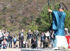 小茂田浜神社の大祭を訪れ、神職による鳴弦の儀を見学した「アンゴルモア元寇合戦記」公認ツアーの参加者(写真奥)=対馬市厳原町、小茂田浜