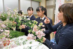 生産者(右)に教わりながらさくらひめの花束を作る生徒=28日午後、東温市志津川