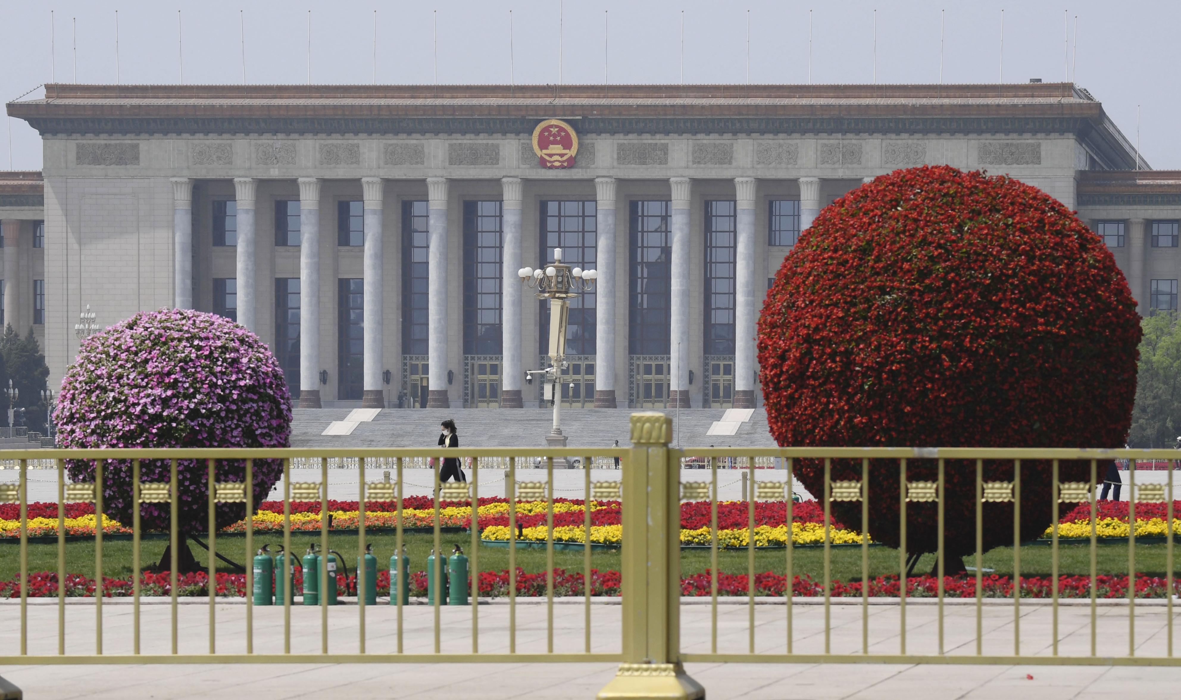 中国全人代が開かれる北京の人民大会堂。手前は天安門広場の花壇=29日(共同)