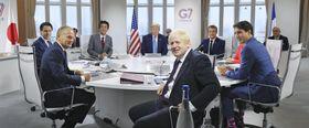 G7サミットで討議に臨む安倍首相(左から3人目)、トランプ米大統領(同4人目)ら各国首脳=25日、フランス南西部ビアリッツ(代表撮影・共同)