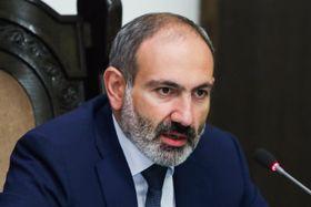 16日、アルメニアの首都エレバンで辞職を表明したパシニャン首相(タス=共同)
