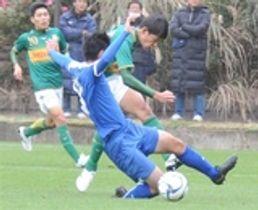 JFAアカデミー福島―静岡学園高 後半25分、静岡学園高の西谷(奥)がゴールを決める=時之栖グラウンド