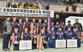 昨年12月24日に行われた全国高校駅伝の男子で優勝した佐久長聖(左)と、女子で準優勝した長野東の選手たち=京都市