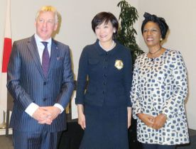 ベルギー大使館で開かれた同国の勲章授与式で、スレーワーゲン大使(左)夫妻と写真に納まる安倍昭恵首相夫人(中央)=7日午後、東京都千代田区