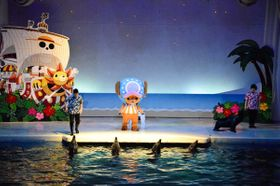 人気アニメ「ワンピース」とのコラボレーションイベントで披露されるショー=三浦市の京急油壺マリンパーク