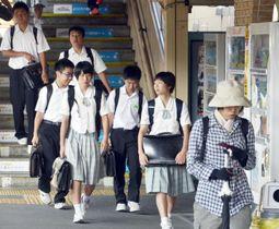 運転再開した大洲方面からの列車を降り、通学する高校生ら=17日午前、八幡浜市江戸岡1丁目