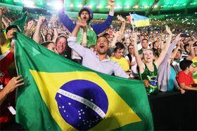 リオ五輪開会式でもり上がる観客=2016年8月、リオデジャネイロ(共同)