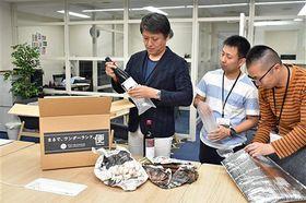 八戸圏域の地場産品を箱詰めするVISITはちのへの職員ら