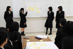 フリーペーパーで取り上げる内容について意見を交わす生徒たち=小豆島町蒲生、小豆島中央高