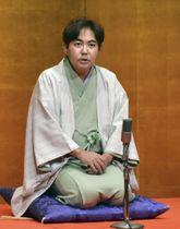国策落語「出征祝」を口演する林家三平さん=17日午後、長崎市の原爆資料館
