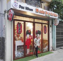 ベトナム南部ホーチミンに開店した日本風飲食店とドクさん=12日(共同)