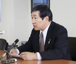 記者会見で引退の意向を表明した北海道根室市の長谷川俊輔市長=16日午前、根室市