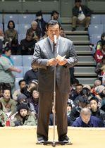 大相撲冬巡業の協会あいさつで謝罪する春日野広報部長=17日、沖縄県宜野湾市