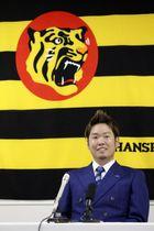 契約更改し、記者会見する阪神の西勇=2日午後、兵庫県西宮市の球団事務所