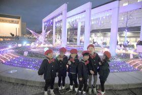 きらびやかなイルミネーションを楽しむ園児=丸亀市浜町、JR丸亀駅南口広場