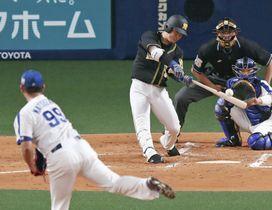 2回阪神無死一、三塁、糸原が先制の中犠飛を放つ。投手松坂=ナゴヤドーム