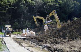 埼玉県秩父市で豚コレラの感染拡大防止のために殺処分された豚の埋却作業=15日(同県提供)