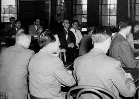 東京都内の病院で東京裁判の証人尋問を受ける影佐禎昭陸軍中将(中央左)=1947年5月23日(日本大生産工学部の高澤弘明専任講師提供、米国立公文書館新館所蔵)