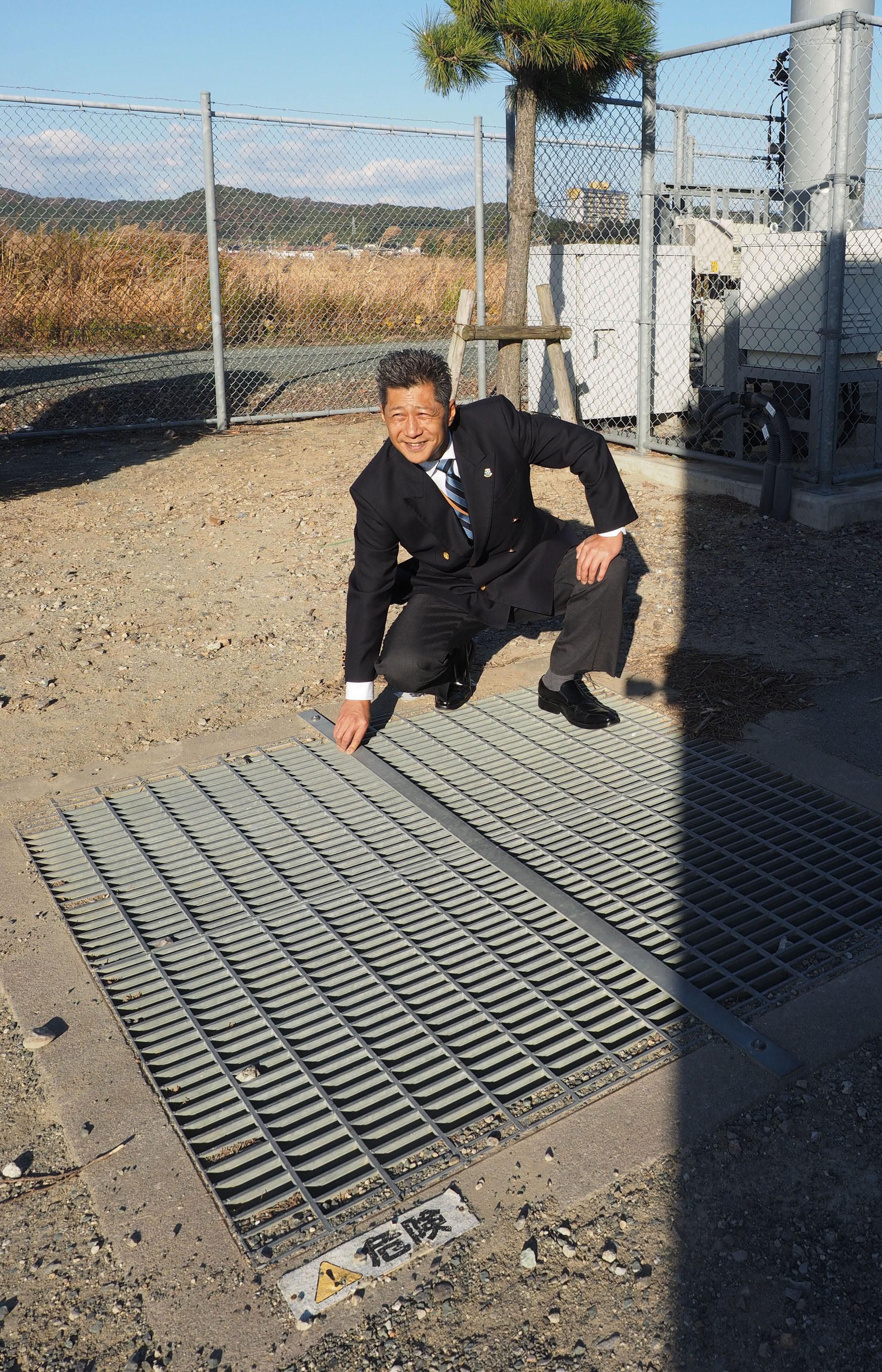 生徒らが「脱走」の際に持ち上げた鉄格子を示す金木健。事件後に留め具が付けられた=愛知県蒲郡市の海陽中等教育学校