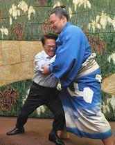 朝乃山関(右)と相撲を取る大村知事=県公館で