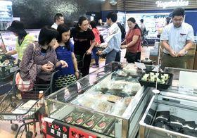 鹿児島の特産品を買い求める客ら=マカオのニューヤオハン(川原新一郎氏提供)