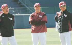 練習を見守りながら笑顔で意気込みを話す(右から)平石監督、後藤2軍打撃コーチ、小谷野1軍打撃コーチ