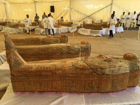 エジプト南部ルクソール近郊で発掘された色鮮やかなひつぎ=19日(エジプト考古省提供、ゲッティ=共同)