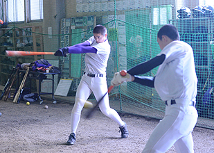 センバツへ花巻東始動 野手陣、室内で打ち込み