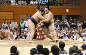 大歓声の中、遠藤と対戦する朝乃山(右)=砺波市の県西部体育センターで