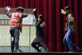 吉本仕込みの演技を見せる生徒たち=高砂南高校