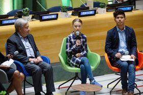 21日、米ニューヨークの国連本部で開かれた「若者気候サミット」で温暖化対策の強化を訴えるグレタ・トゥンベリさん(中央)。左はグテレス事務総長(AP=共同)