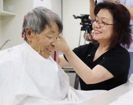 美容師(右)に髪を切ってもらう入院患者